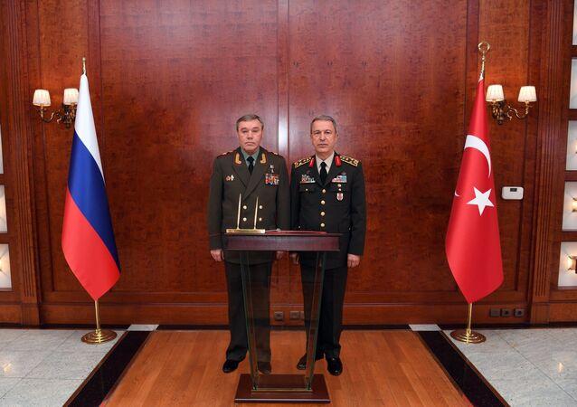 Spotkanie szefów sztabów generalnych Rosji i Turcji Walerija Gierasimowa i Hulusiego Akary w Ankarze