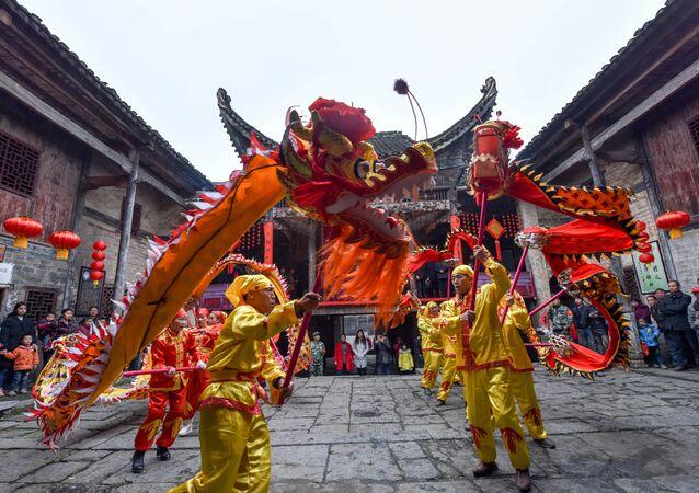Chińskie smoki podczas festiwalu wiosny