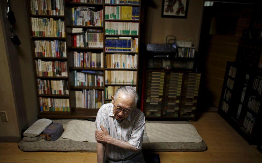 Japoński profesor i były prezydent Uniwersytetu Fukushimy Akira Yamada, który przeżył atak atomowy na Hiroszimę, udziela wywiadu w swoim domu w Fukushimie