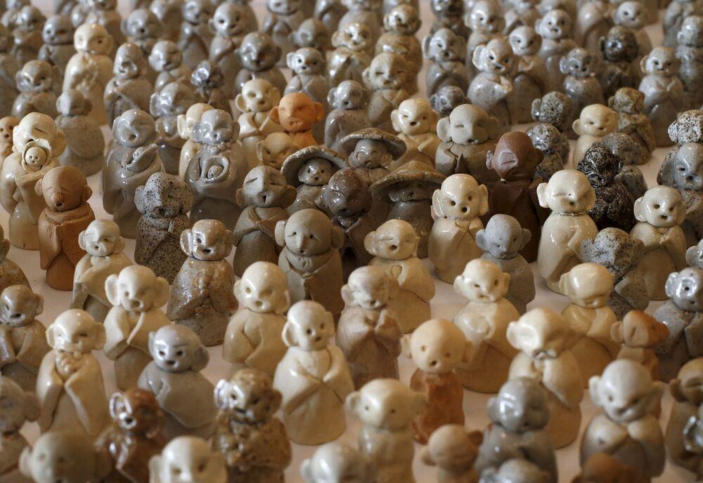 Figurki boga Jizo na pamięć osób zginionych podczas trzęsienia ziemi i tsunami w 2011r.