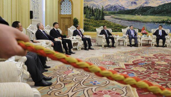 Wiceprezydent Chin Xi Jinping prowadzi negocjacje z posłami Siódmego Spotkania Rady Secretariatu w Pekinie. Kwiecień 12, 2012 - Sputnik Polska