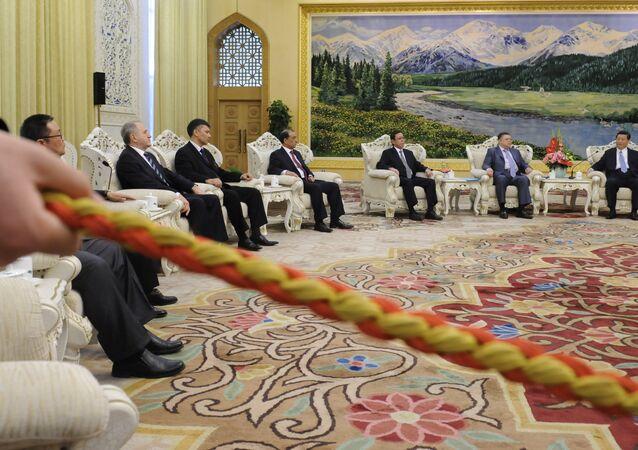 Wiceprezydent Chin Xi Jinping prowadzi negocjacje z posłami Siódmego Spotkania Rady Secretariatu w Pekinie. Kwiecień 12, 2012