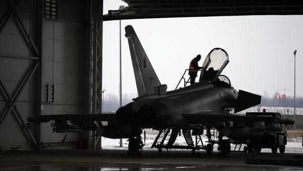 Włoski myśliwiec Eurofighter Typhoon w bazie lotniczej NATO na Litwie - Sputnik Polska