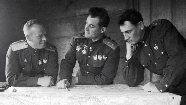 Generał Iwan Czerniachowski (w środku) - Sputnik Polska