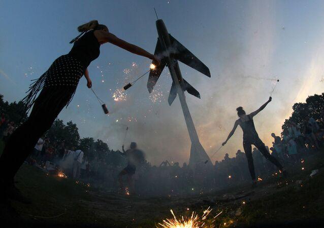 Taniec ognia w Petersburgu pod pomnikiem myśliwca MiG-19