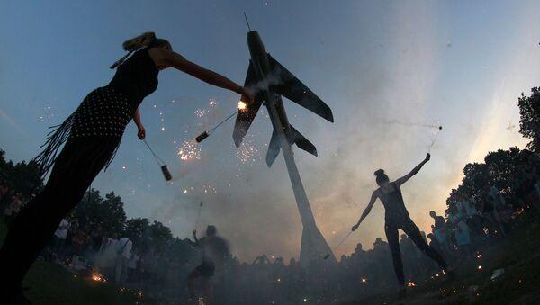 Taniec ognia w Petersburgu pod pomnikiem myśliwca MiG-19 - Sputnik Polska