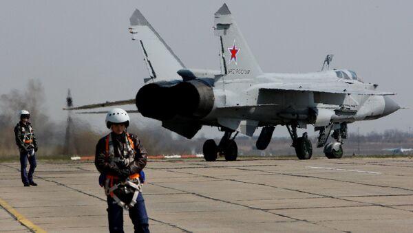 Myśliwiec MiG-31 przygotowuje się do startu - Sputnik Polska