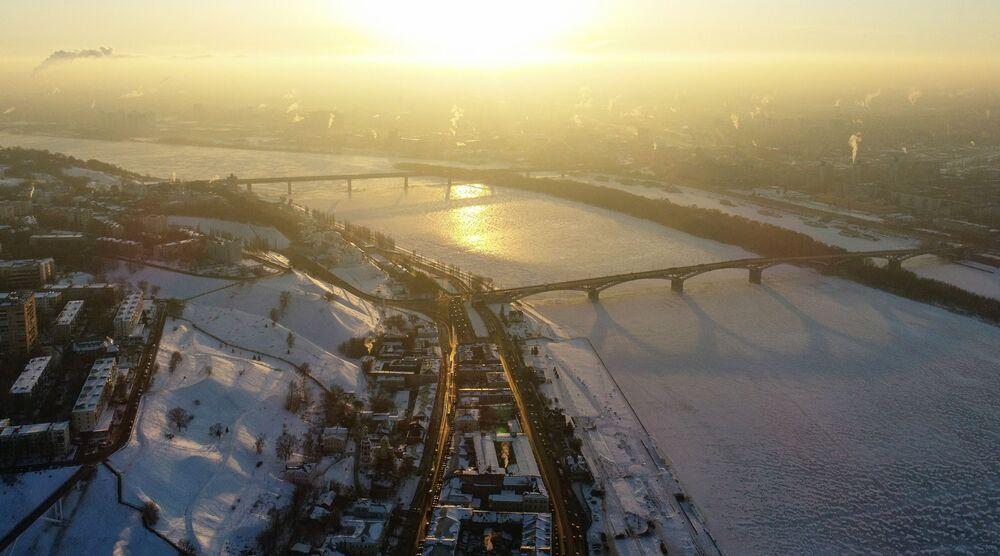 Oblodzona rzeka Oka w Niżnym Nowogrodzie