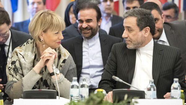 Sekretarz generalny Europejskiej Służby Działań Zewnętrznych Helga Schmid i wiceminister spraw zagranicznych Iranu Abbas Aragchi w czasie negocjacji w Wiedniu - Sputnik Polska