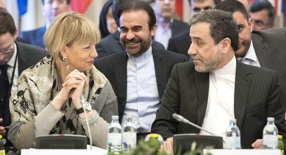 Sekretarz generalny Europejskiej Służby Działań Zewnętrznych Helga Schmid i wiceminister spraw zagranicznych Iranu Abbas Aragchi w czasie negocjacji w Wiedniu