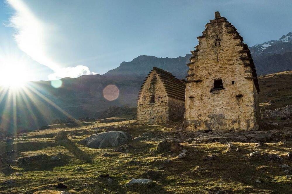 Zabytkowa osetyńska wieś górska Cymyti w wąwozie Kurtatyńskim w Osetii Północnej
