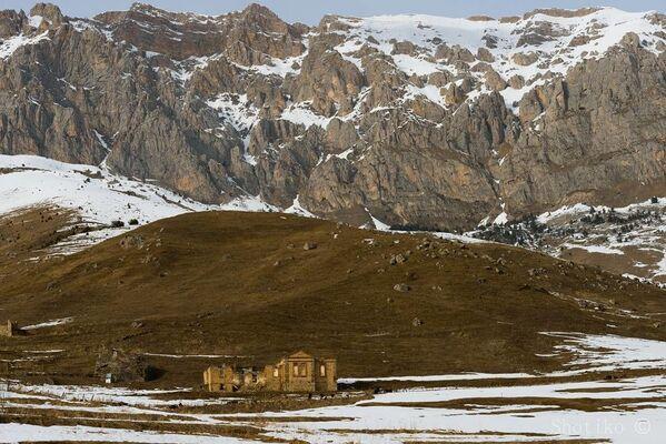 Ruiny cerkwi we wsi Chod w wąwozie Ardonskim w Osetii Północnej - Sputnik Polska