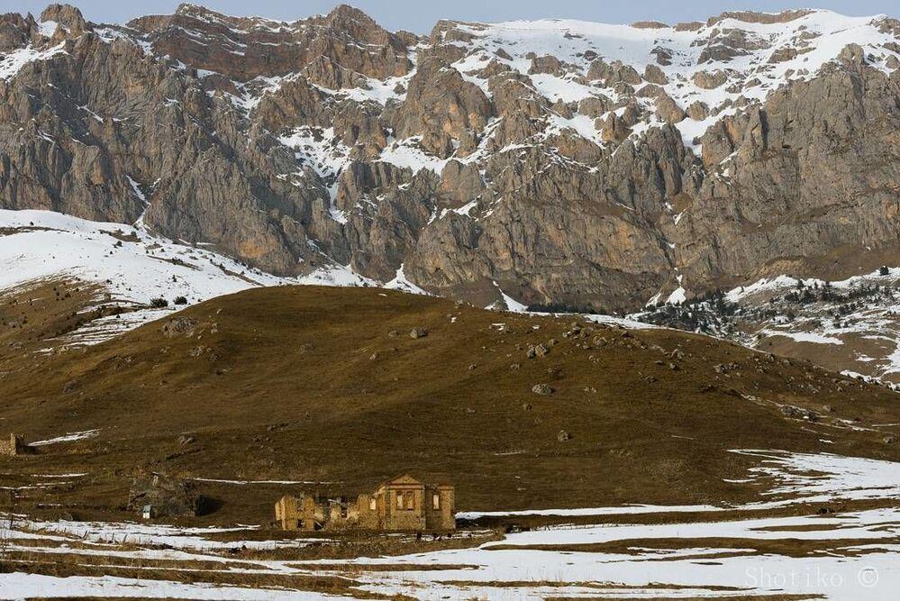Ruiny cerkwi we wsi Chod w wąwozie Ardonskim w Osetii Północnej