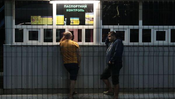 Obywatele Ukrainy na międzynarodowym przejściu granicznym na granicy ukraińsko-polskiej - Sputnik Polska