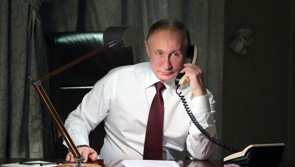 Władimir Putin podczas rozmowy telefonicznej - Sputnik Polska