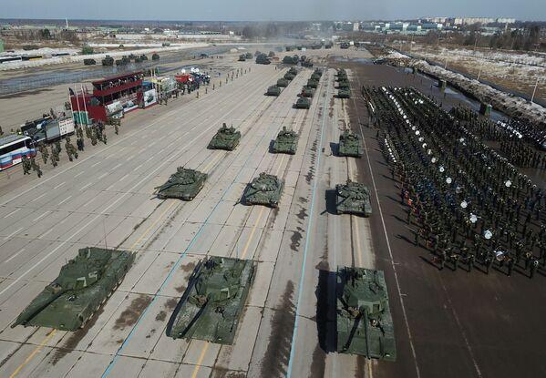 """T-14 """"Armata"""" i T-72 B3 podczas próby przed Paradą Zwycięstwa na poligonie wojskowym """"Alabino"""" - Sputnik Polska"""