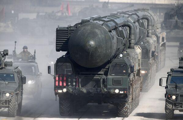 """Mobilny system rakietowy """"Jars"""" podczas próby na paradzie zwycięstwa na poligonie wojskowym """"Alabino"""" w obwodzie moskiewskim - Sputnik Polska"""