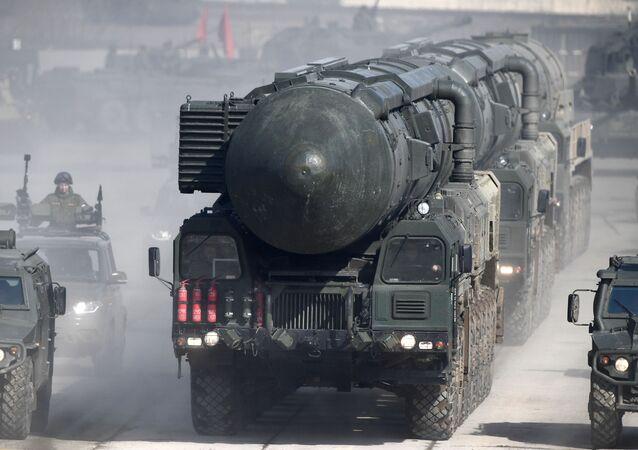 """Mobilny system rakietowy """"Jars"""" podczas próby na paradzie zwycięstwa na poligonie wojskowym """"Alabino"""" w obwodzie moskiewskim"""