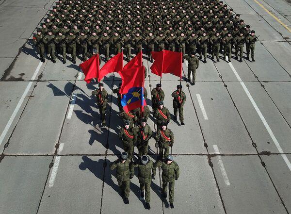 """Żołnierze podczas próby przed Paradzą Zwycięstwa na poligonie wojskowym """"Alabino"""" - Sputnik Polska"""