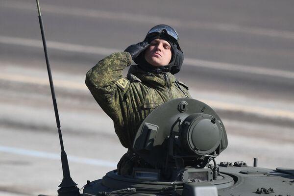 """Żołnierz podczas próby przed Paradzą Zwycięstwa na poligonie wojskowym """"Alabino"""" - Sputnik Polska"""