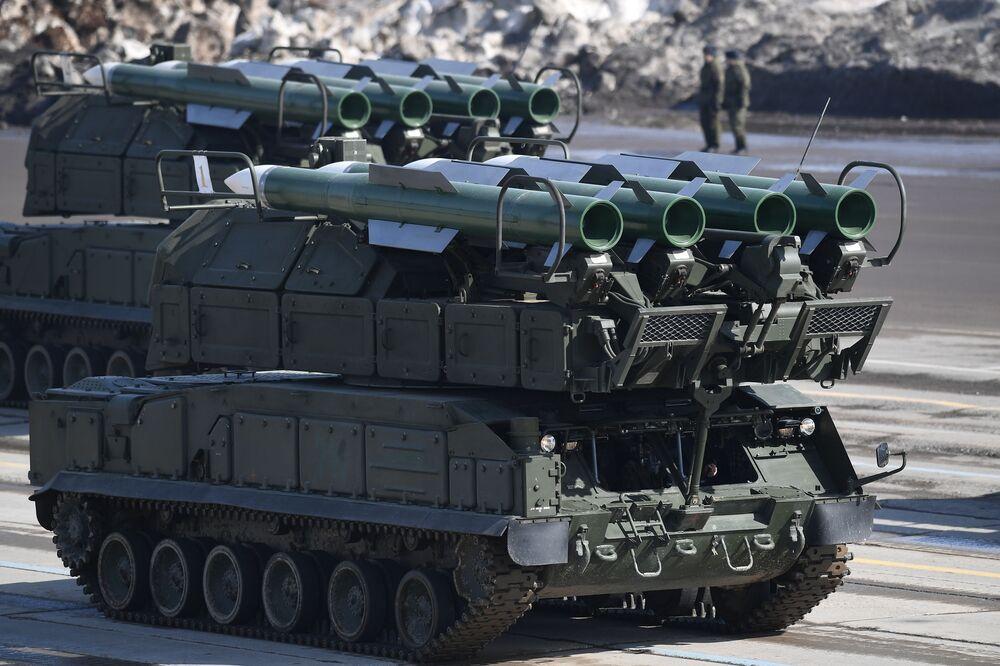 """Przeciwlotniczy system rakietowy """"Buk-M2"""" podczas próby przed Paradą Zwycięstwa na poligonie wojskowym """"Alabino"""" w obwodzie moskiewskim"""