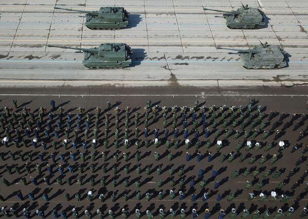 """Artyleria samobieżna """"Koalicja-SV"""" i artyleria samobieżna """"MSTA-C"""" podczas próby przed Paradą Zwycięstwa na poligonie wojskowym """"Alabino"""" - Sputnik Polska"""