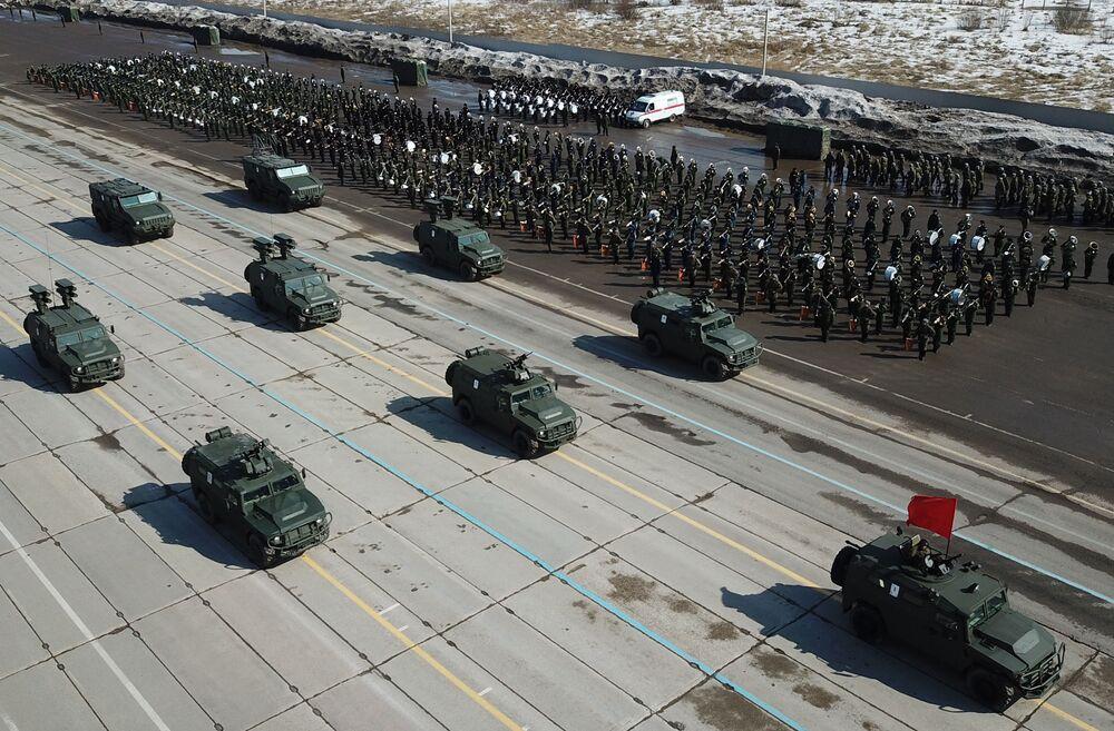 """Wóz opancerzony """"Tygrys-M"""", """"Tygrys"""" z BMDU """"Arbalet"""", """"Tygrys"""" z rakietowym systemem przeciwczołgowym """"Kornet-D"""" i """"Tajfun-K"""" podczas próby przed Paradą Zwycięstwa na poligonie """"Alabino"""""""
