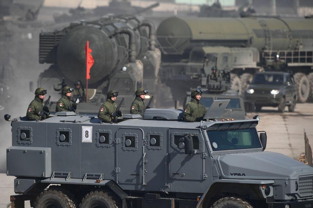"""Samochód pancerny """"Ural-432009"""" podczas próby przed Paradą Zwycięstwa na poligonie wojskowym """"Alabino"""" w obwodzie moskiewskim"""