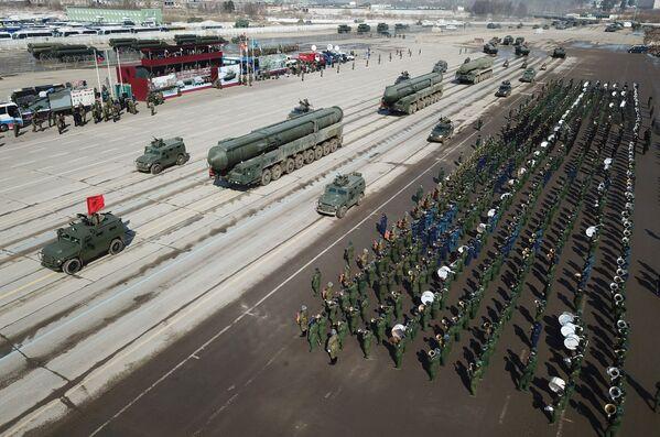 """Wozy opancerzone """"Tygrys"""" z BMDU """"Arbalet"""" oraz transportowe wyrzutnie kompleksu RS-24 """"Jars"""" podczas próby przed Paradą Zwycięstwa na poligonie wojskowym """"Alabino"""" - Sputnik Polska"""