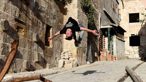 Młodzież ćwiczy parkour w Aleppo, Syria - Sputnik Polska