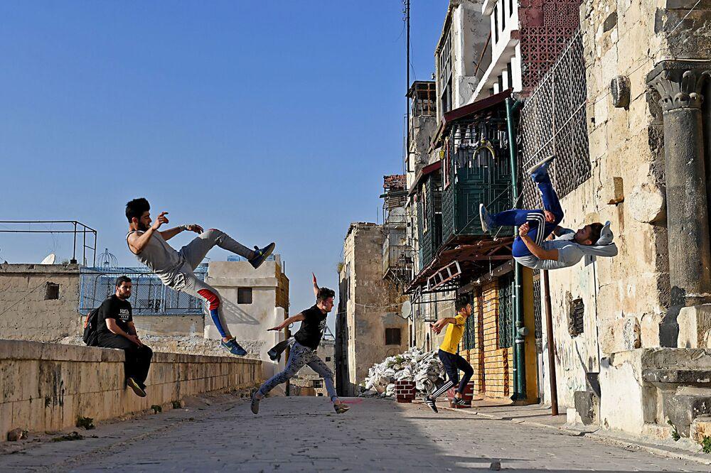 Młodzież ćwiczy parkour w Aleppo, Syria