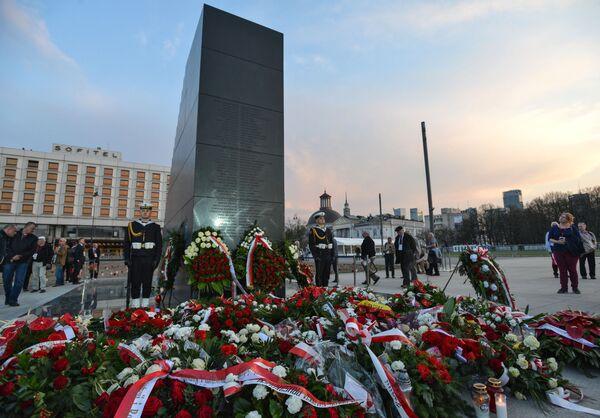 Pomnik ofiar katastrofy smoleńskiej w Warszawie - Sputnik Polska
