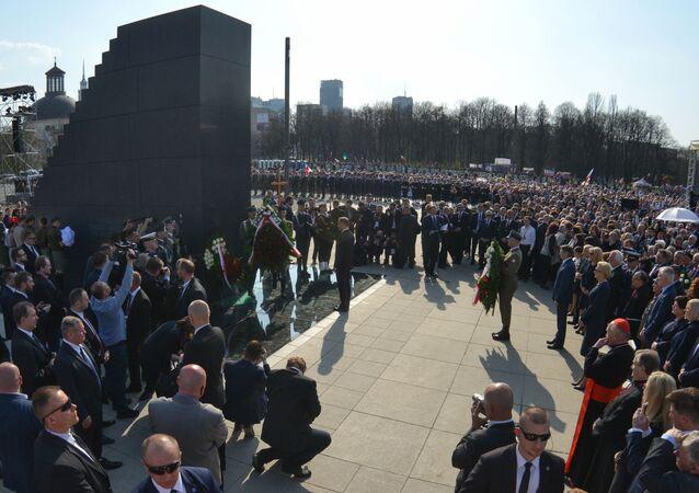 Złożenie kwiatów przy pomniku ofiar katastrofy smoleńskiej w Warszawie