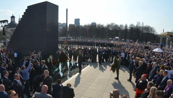 Złożenie kwiatów przy pomniku ofiar katastrofy smoleńskiej w Warszawie - Sputnik Polska