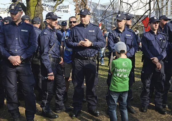 Policjanci ochraniają miejsce odsłonięcia pomnika ofiar katastrofy smoleńskiej w Warszawie - Sputnik Polska