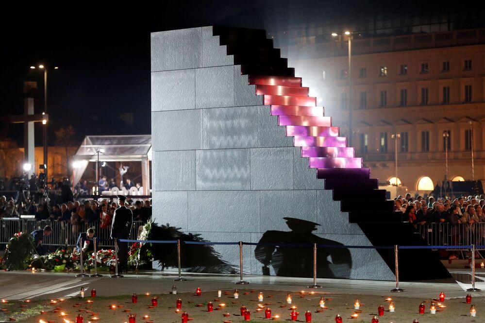 Ceremonia odsłonięcia pomnika ofiar katastrofy smoleńskiej w Warszawie