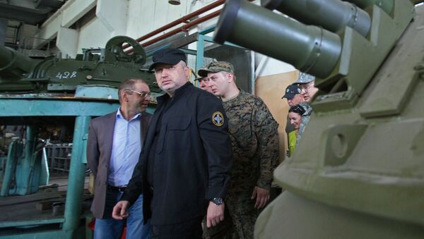 Sekretarz Rady Bezpieczeństwa Narodowego i Obrony Ukrainy Ołeksandr Turczynow podczas wizyty w kijowskiej fabryce broni pancernej - Sputnik Polska