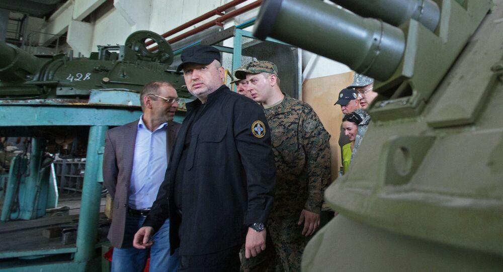 Sekretarz Rady Bezpieczeństwa Narodowego i Obrony Ukrainy Ołeksandr Turczynow podczas wizyty w kijowskiej fabryce broni pancernej