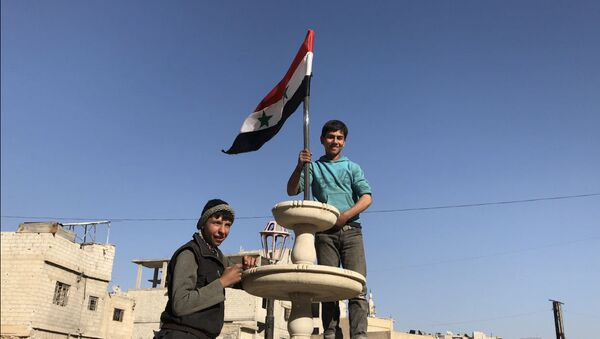 Mieszkańcy w wyzwolonej miejscowości Kafr-Batna we Wschodniej Gucie, Syria - Sputnik Polska
