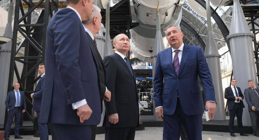 Prezydent Rosji Władimir Putin w czasie wizyty w centrum Kosmonautyka i lotnictwo na WDNH