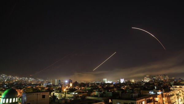 Niebo nad Damaszkiem podczas serii nalotów koalicji na obiekty w Syrii 14 kwietnia 2018 r. - Sputnik Polska