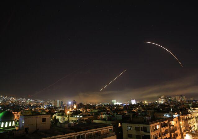 Niebo nad Damaszkiem podczas serii nalotów koalicji na obiekty w Syrii 14 kwietnia 2018 r.