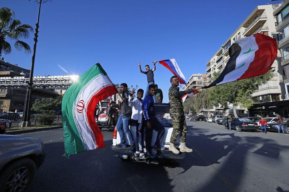 Syryjczycy podczas protestów przeciwko uderzeniu krajów zachodniej koalicji na Syrię