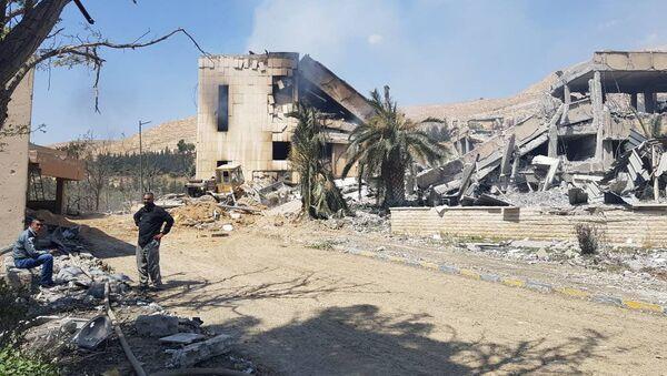 Zniszczone w wyniku ostrzału sił koalicji wojskowe centrum badawcze w Barza - Sputnik Polska
