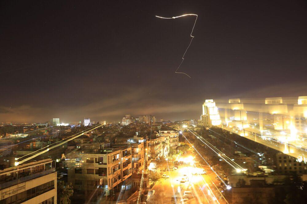 Niebo nad Damaszkiem podczas uderzenia krajów zachodniej koalicji na Syrię