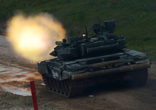 Czołg T-90 podczas pokazu sprzętu wojskowego na poligonie Alabino