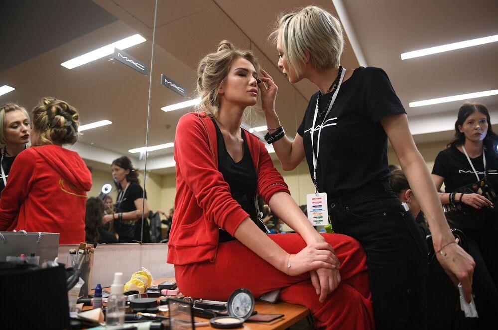 Finalistka konkursu Miss Rosji przed rozpoczęciem konkursu