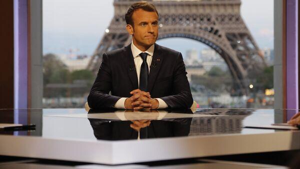 Prezydent Francji Emmanuel Macron w czasie wywiadu - Sputnik Polska