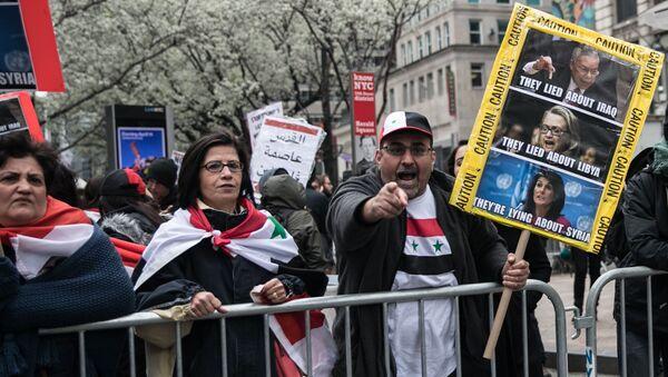 Uczestnicy akcji protestu przeciwko nalotom w Syrii. Nowy Jork - Sputnik Polska