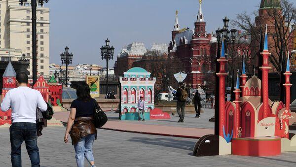 Turyści na Placu Maneżowym w Moskwie - Sputnik Polska